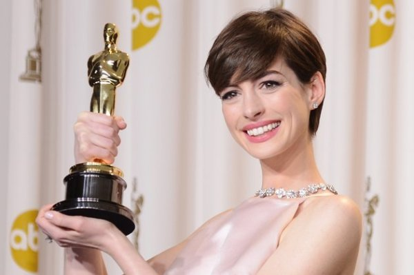 Anne Hathaway ostenta seu Oscar (photo by movies.yahoo.com)