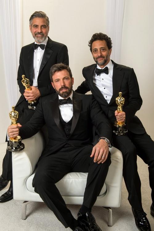 Os produtores galãs de Argo (da esquerda para a direita): George Clooney (finjam que não conheçam), Ben Affeck e Grant Heslov (photo thefilmspy.tumblr.com)