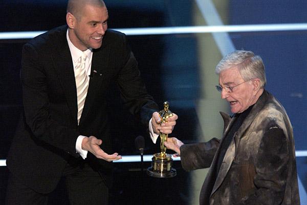 Jim Carrey apresentando o Oscar Honorário para o diretor e roteirista Blake Edwards em 2004 (photo by mundodse.com)