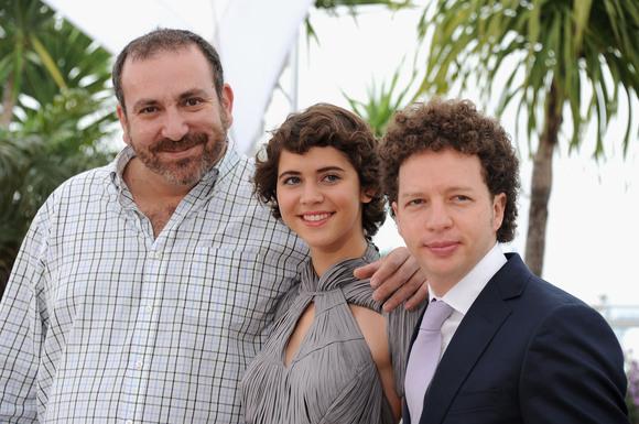 Da esquerda para a direita: Os atores Hernan Mendoza e Tessa Ia ao lado do diretor Michel Franco no Festival de Cannes (photo by www.cinemagia.ro)