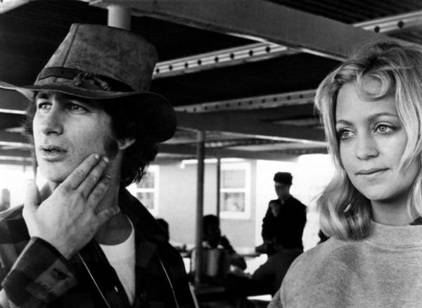 O jovem Spielberg dirige a atriz Goldie Hawn em Louca Escapada (photo by digitalspy.co.uk)