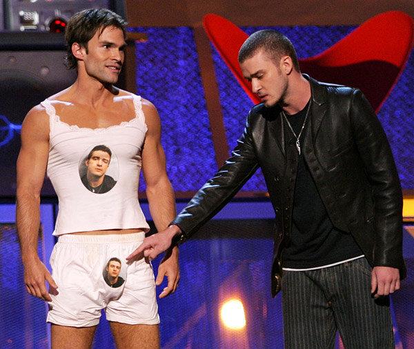 Seann William Scott e Justin Timberlake como hosts do MTV Movie Awards 2003. Faz tempo, mas está no currículo. (photo by mtv.com)