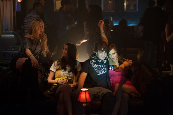 Emma Watson (à dir.) em cena de The Bling Ring (photo by OutNow.CH)