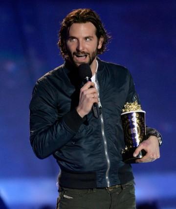 Bradley Cooper levou dois prêmios, mas teve que receber o de Melhor Beijo sozinho. Jennifer Lawrence não compareceu... (photo by zimbio.com)