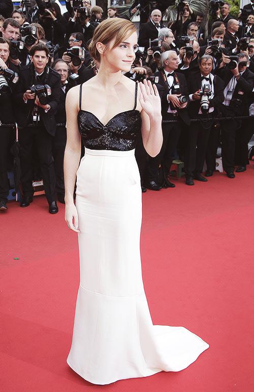 A jovem atriz Emma Watson rouba a cena no tapete vermelho em Cannes