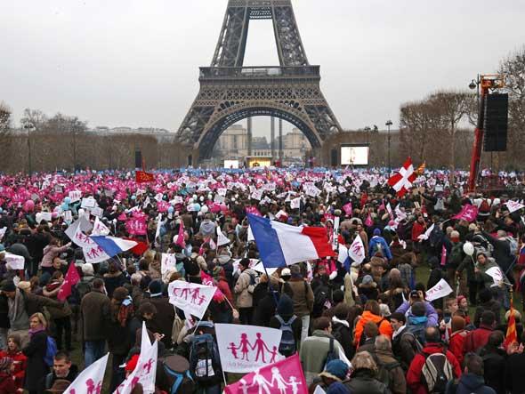 Manifestante protestam contra casamento gay na França. Repare nas bandeiras com a típica família feliz (foto Revista Exame)