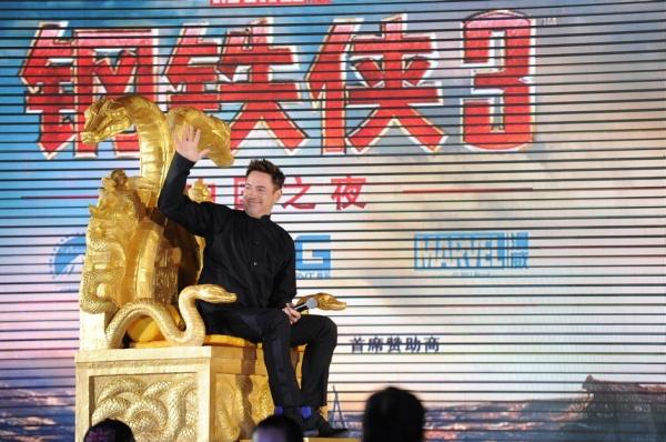 """Robert Downey Jr. conquista até os chineses em participação """"discreta"""" (photo by www.beyondhollywood.com)"""