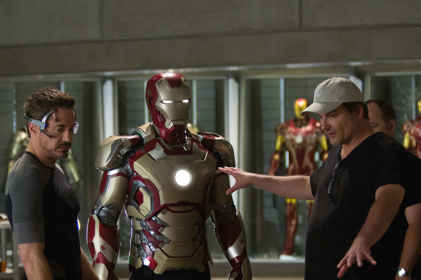 Shane Black dirige Robert Downey Jr. em set de filmagem (photo by www.outnow.ch)