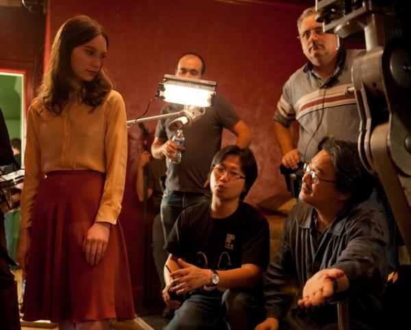 O diretor sul-coreano Chan-wook Park (à dir.) parece precisar de um tradutor para dar instruções à jovem Mia Wasikowska (à esq) em set de filmagem (photo by www.beyondhollywood.com)