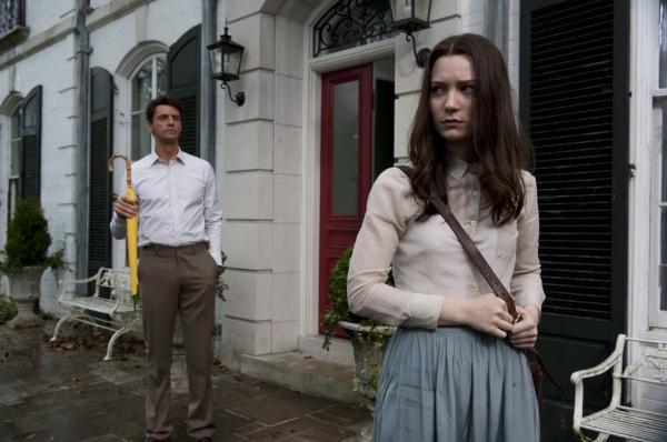 Matthew Goode, como Tio Charlie, com sua sobrinha (Mia Wasikowska)