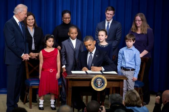 O presidente barack Obama (centro) assina medidas para o controle de armas nos EUA em janeiro de 2013 (photo by www.whitehouse.gov)