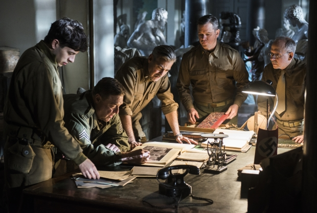 Ao centro: John Goodman, George Clooney e Matt Damon checam as obras roubadas em The Monuments Men (photo by www.outnow.ch)