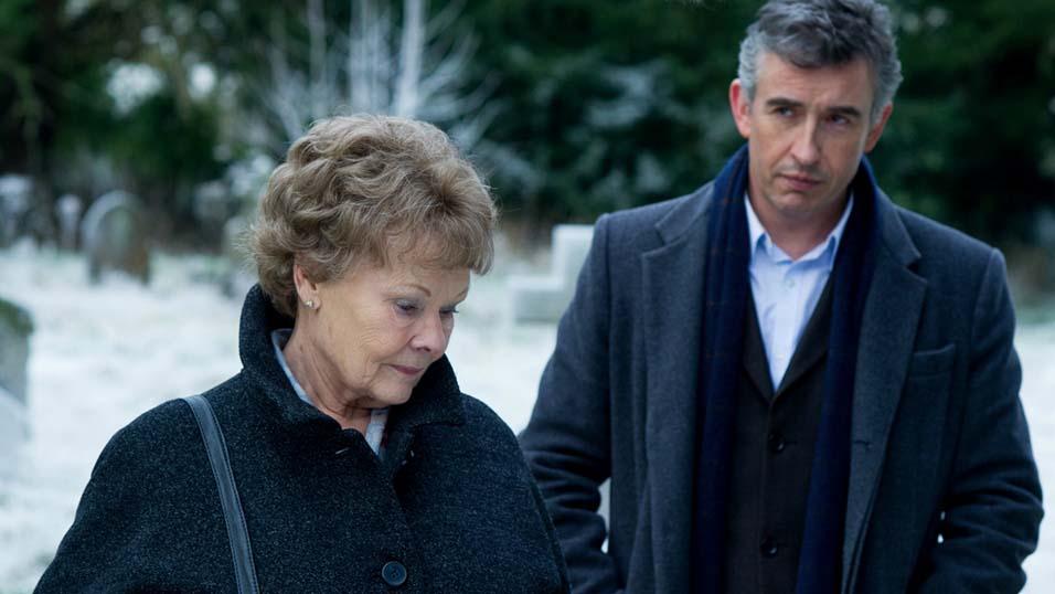 Dame Judi Dench ao lado de Steve Coogan em Philomena (photo by www.spaziofilm.it)