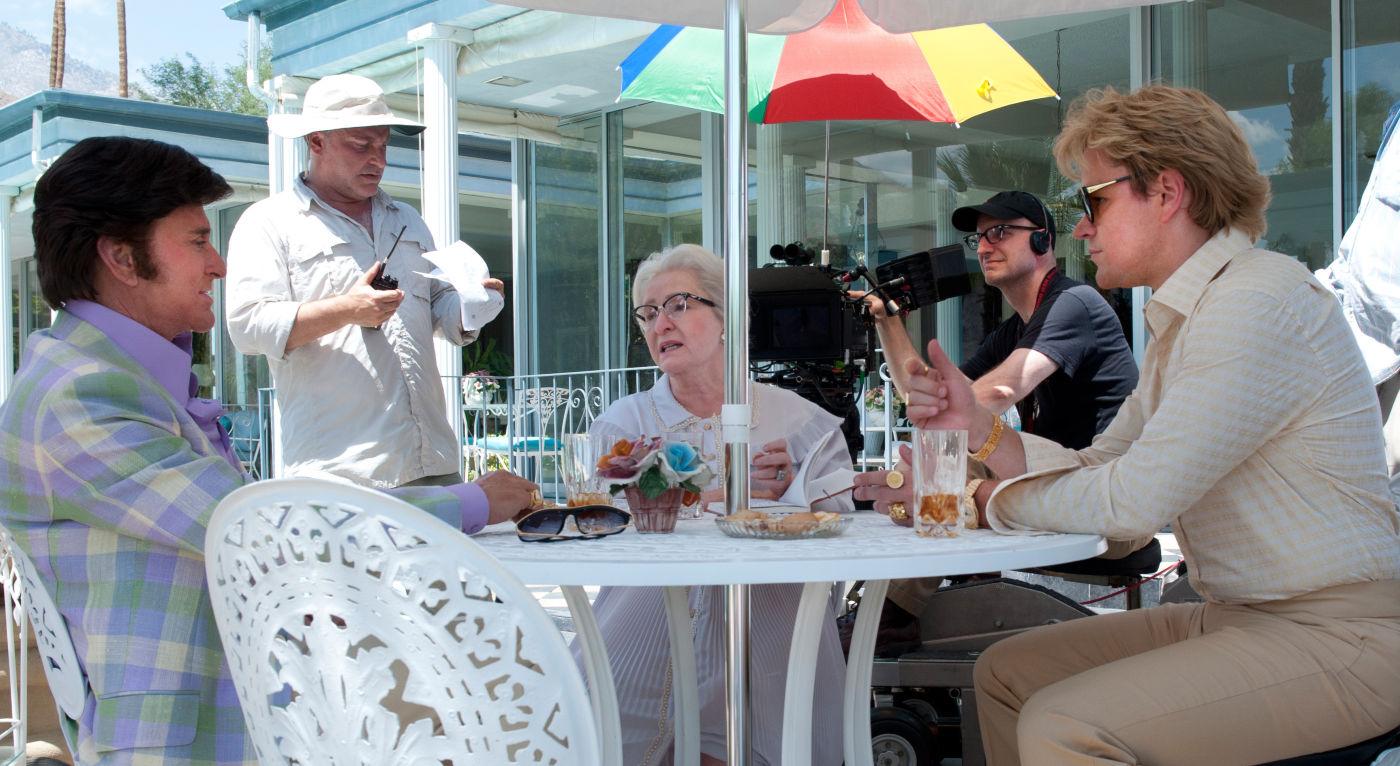Em primeiro plano: Michael Douglas e Matt Damon. Ao fundo, o diretor Steven Soderbergh de boné (photo by www.OutNow.CH)