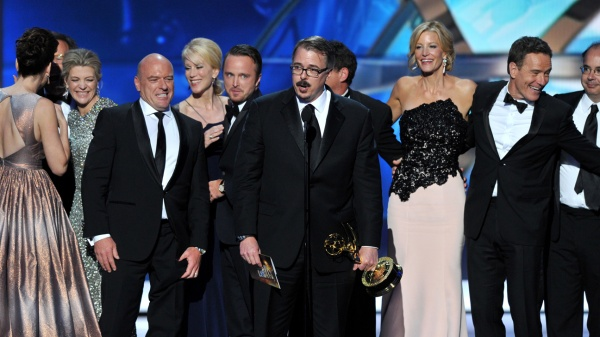 O produtor Vince Gilligan aceita o Emmy de Melhor Série Drama por Breaking Bad. (Photo by Vince Bucci/Invision for Academy of Television Arts & Sciences/AP Images)