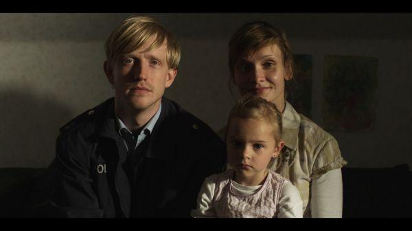 Suposta família feliz na produção alemã Die Frau des Polizisten (The Police Officer's Wife) (photo by www.outnow.ch)