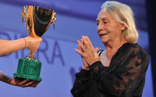 Elena Cotta recebe o Volpi Cup (photo by Tiziana Fabi/ AFP)
