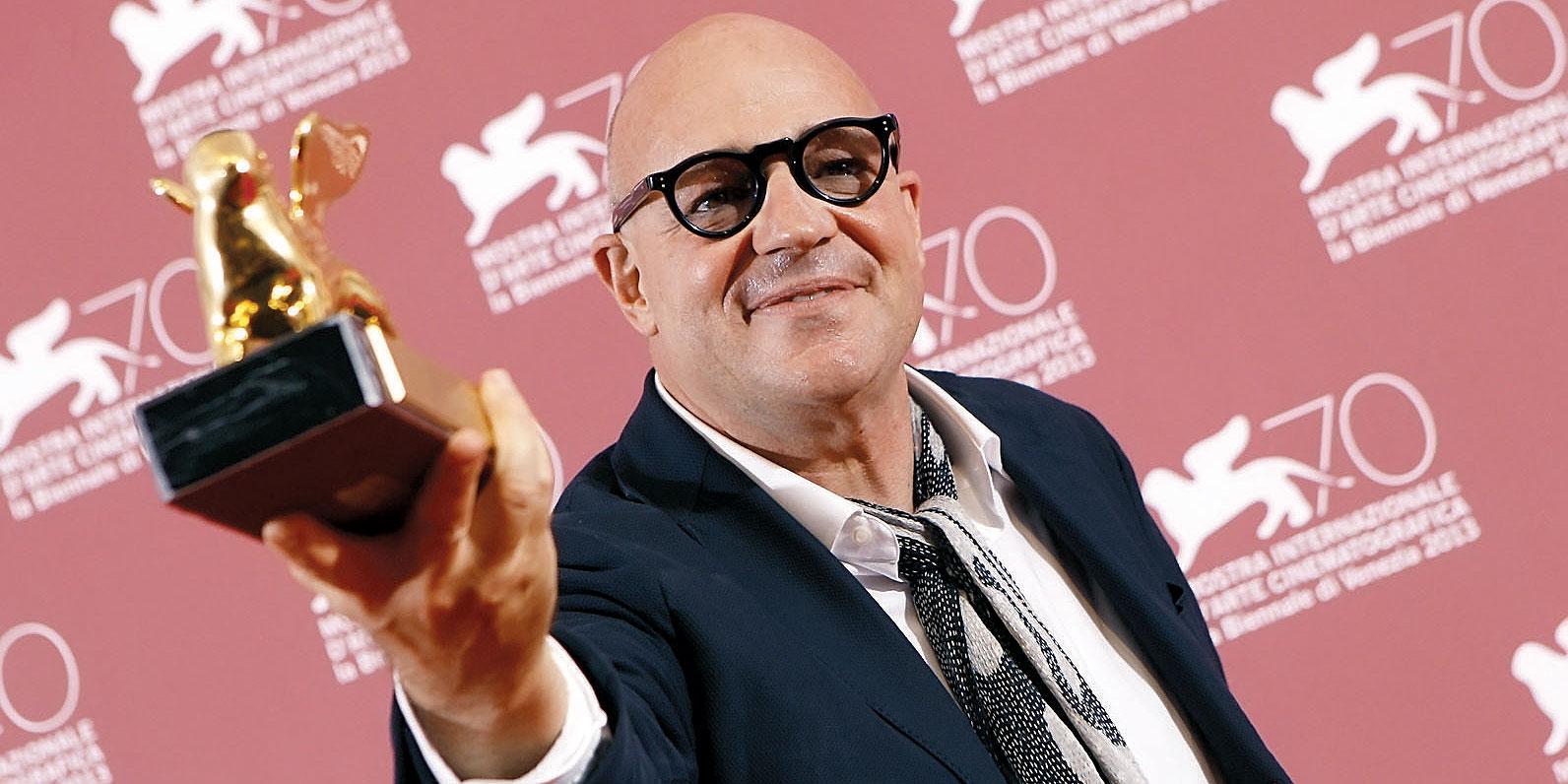Gianfranco Rosi com o Leão de Ouro (photo by news.geliyoo.com)