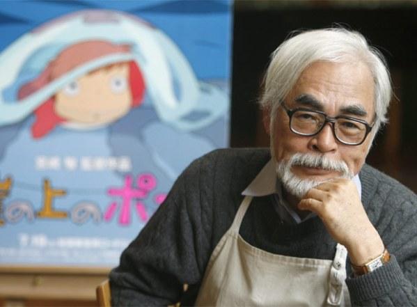 Hayao Miyazaki diante do pôster de Ponyo: Uma Amizade que Veio do Mar