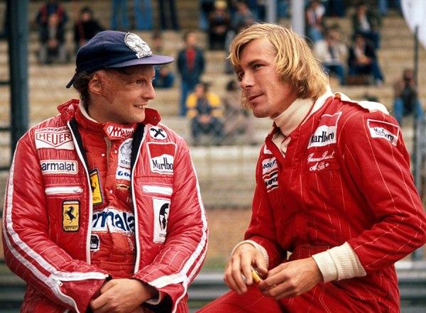À esquerda, o austríaco Nikki Lauda ao lado do americano James Hunt