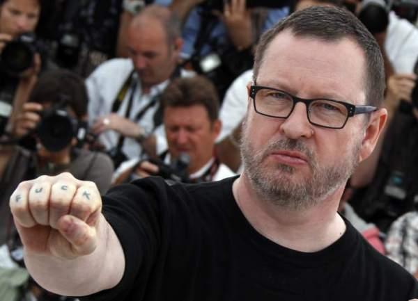 Como se não bastassem os comentários nazistas, Lars von Trier queria compartilhar sua tatuagem fofa de FUCK. Isso que é macho! (photo by www.20minutos.es)