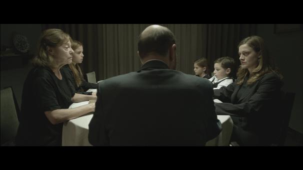 Disciplina rígida: o patriarca dita as normas da casa (photo by http://plays2place.com/?portfolio=missviolence)
