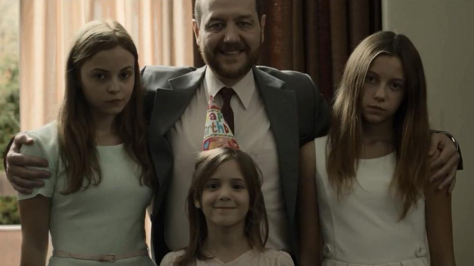 Família feliz: o patriarca cercado por suas meninas de ouro (photo by www.adorocinema.com.br)
