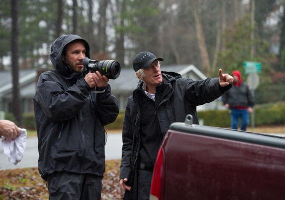À esquerda, o diretor Denis Villeneuve prepara a filmagem de uma cena ao lado do diretor de fotografia Roger Deakins (photo by www.digititles.com)
