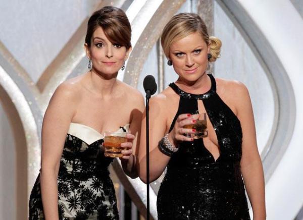 Sem bebida não rola: Tina e Amy estavam concorrendo na categoria de atriz de comédia/musical, mas perderam para Lena Dunham (Girls) (photo by www.nydailynews.com)