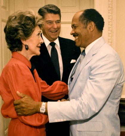 À direita, o mordomo Eugene Allen é cumprimentado pelo presidente Ronald Reagan e a pela primeira-dama Nancy Reagan (photo by Kevin Clark/The Washington Post/Getty Images)