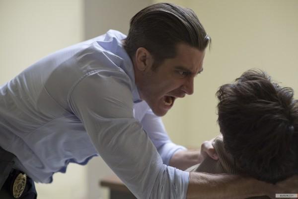 Jake Gyllenhaal, como Detetive Loki, busca as respostas e recuperar o prestígio da força policial (photo by www.elfilm.com)