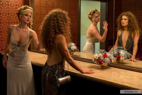 Vencedora do prêmio de coadjuvante, Jennifer Lawrence (à esquerda) divide cena com Amy Adams em Trapaça (photo by ww.elfilm.com)