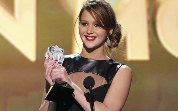 Jennifer Lawrence recebendo uma das duas estatuetas que ganhou este ano por O Lado Bom da Vida e Jogos Vorazes (photo by http://fotosnoticiasartistasmuitomais.blogspot.com.br/2013/02/com-oscar-jennifer-lawrence-encerra.html)