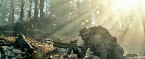 Tratado como zebra, o filme Lone Survivor, de Peter Berg, pode continuar surpreendendo até o anúncio das indicações ao Oscar (photo by www.elfilm.com)