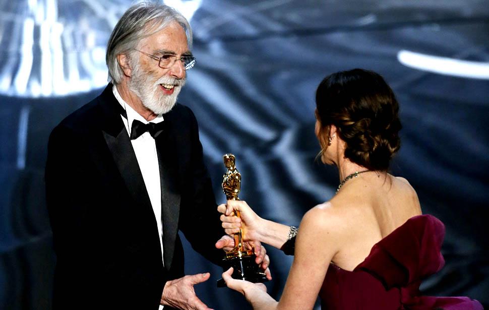 Michael Haneke recebendo o Oscar de Filme Estrangeiro das mãos de Jennifer Garner (photo by umikarahajimaru.at.webry.info)