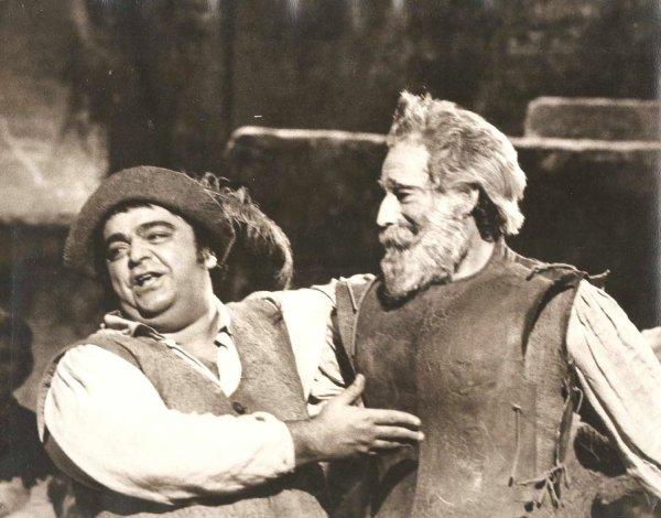 Peter O'Toole como o personagem de Miguel de Cervantes ao lado de James Coco como Sancho Panza em O Homem de La Mancha (photo by http://v-effekt.blogspot.com.br/2013/02/a-historia-de-estoria-o-homem-de-la.html)
