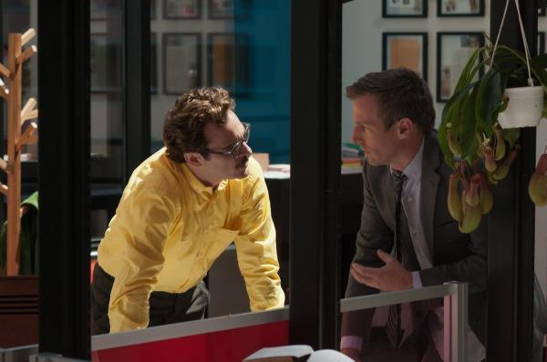 Spike Jonze dirige Joaquin Phoenix em cena de Ela (photo by cinetoscopio.com.br)