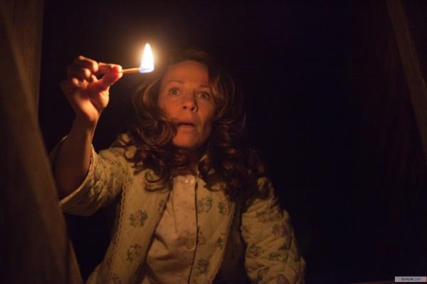Lili Taylor em cena de Invocação do Mal, de James Wan, representando uma nova onda de cinema de terror (photo by www.elfilm.com)