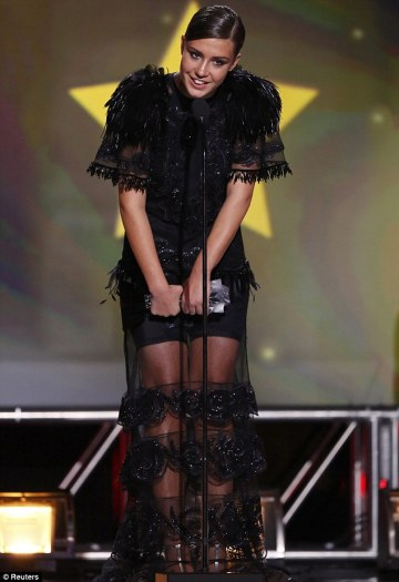 """Adèle Exarchopoulos linda, mas com vestido que não favorece bem seu """"corpitcho"""" (photo by www.dailymail.co.uk)"""