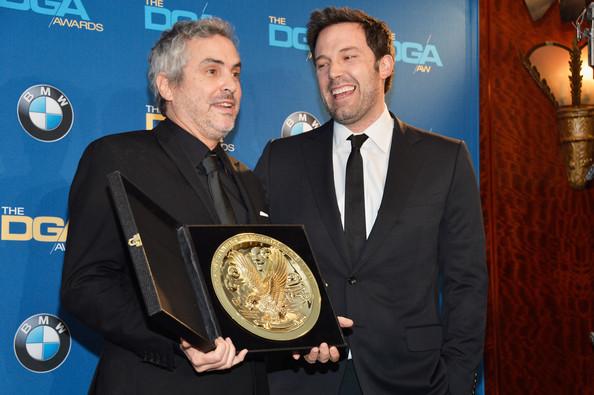 Alfonso Cuarón recebe o DGA das mãos do vencedor de 2013, Ben Affleck, tornando-se o primeiro hispânico a ganhar o DGA (photo by zimbio.com)