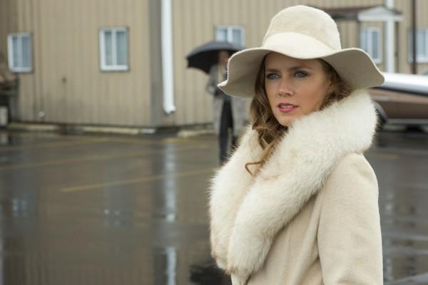 Amy Adams em personagem no filme Trapaça. 1ª indicação como atriz principal (photo by www.collider.com)