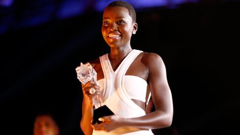Lupita Nyong'o vira a mesa sobre Jennifer Lawrence e ganha o Critics' (photo by Christopher Polk/Getty Images)