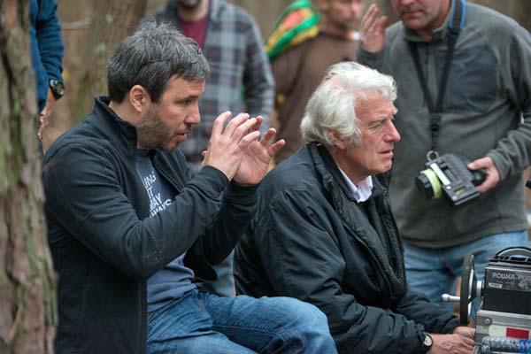 O diretor de fotografia Roger Deakins (à dir) acompanha a direção de Denis Villeneuve no set de Os Suspeitos (photo by www.goldderby.com)