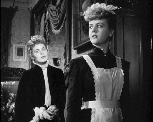 À frente Angela Lansbury com Ingrid Bergman em À Meia Luz (photo by filmsquish.com)