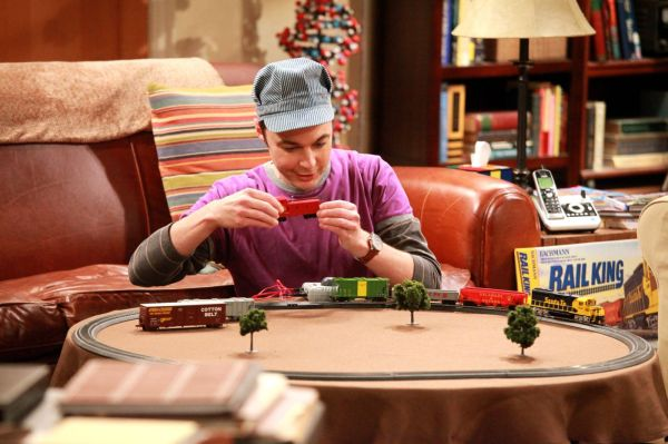 Jim Parsons como Sheldon, o fã incondicional de trens em The Big Bang Theory (photo by www.outnow.ch)