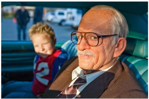 À direita, Johnny Knoxville transformado no vovô politicamente incorreto de Jackass Apresenta: Vovô Sem Vergonha (photo by www.geeksofdoom.com)