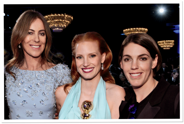 A produtora Megan Ellison (à dir) ao lado da diretora Kathryn Bigelow e da bela atriz Jessica Chastain na festa do Globo de Ouro 2013. (photo by www.vanityfair.com)