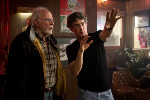 À direita, Alexander Payne dirige o veterano Bruce Dern em set de Nebraska. Ele conseguiu sua 3ª indicação como diretor (photo by www.collider.com)