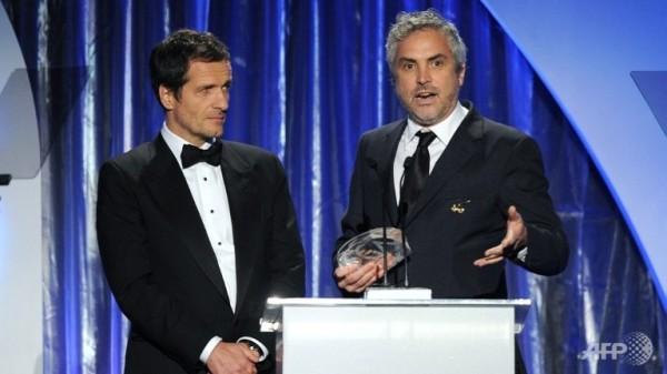 Os produtores David Heyman (à esquerda) e Alfonso Cuarón recebem o PGA de Melhor Filme (photo by AFP in www.channelnewsasia.com)
