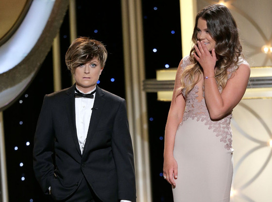 "Mister Golden Globe ""Randy"" (Amy Poehler) ao lado de Sosie Bacon, filha de Kevin Bacon e Kyra Segdwick, a Miss Golden Globe (photo by Paul Drinkwater/NBC)"